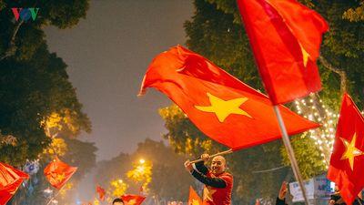 Người Hà Nội ra đường 'bão đêm' mừng ĐT Việt Nam vào tứ kết Asian Cup