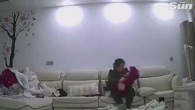 Clip bảo mẫu giật lắc, quăng bé 10 tháng tuổi như đồ chơi gây phẫn nộ