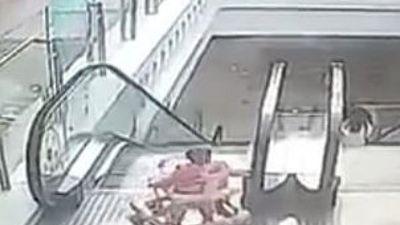 Bé 9 tháng tuổi lộn nhào xuống thang cuốn ở trung tâm thương mại