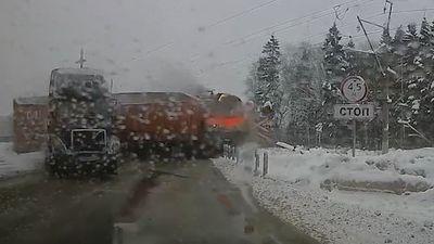 Tàu lửa đâm thẳng vào container ngay trên đường ray