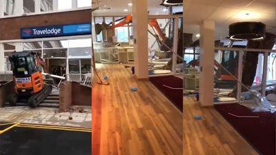 Lái máy xúc đập phá khách sạn sắp khai trương vì bị nợ tiền công