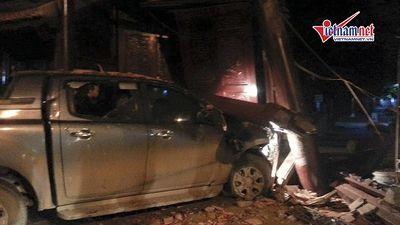 Xe bán tải mất lái húc đổ cổng chùa ở Hà Nội