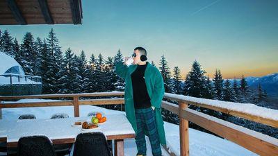 Khắc Tiệp tung bộ ảnh tan chảy với khung cảnh tuyết rơi phủ kín tại Thụy Sỹ