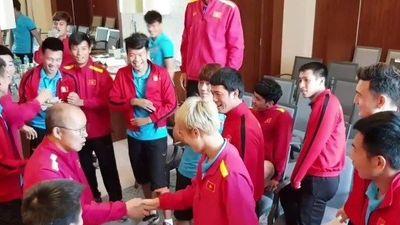 Clip: Thầy Park rủ học trò chơi gameshow xả stress trước trận quyết đấu với Nhật Bản