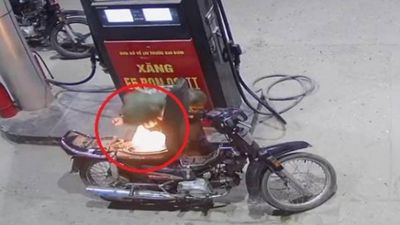 Clip: Nam thanh niên bật lửa soi bình xăng làm cháy luôn xe máy