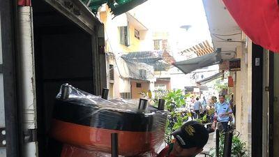 Người dân khẩn trương dời đồ đạc khỏi chung cư bị nghiêng