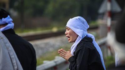 Thân nhân khóc ngất tại hiện trường tai nạn 8 người chết ở Hải Dương