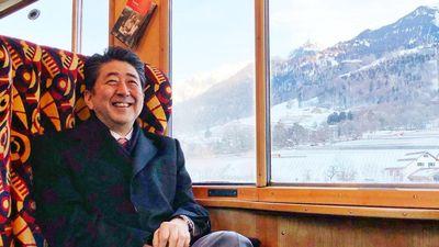 Thủ tướng Nhật đi tàu hỏa đến Diễn đàn Kinh tế Thế giới ở Davos