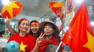 Tiểu thương Đà Nẵng treo cờ kín chợ, cổ vũ đội tuyển Việt Nam