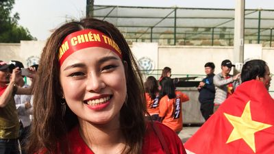 Nhuộm đỏ sân Al Maktoum, CĐV Việt Nam tin đội nhà chiến thắng