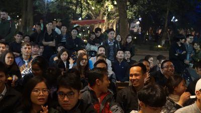 CĐV Việt vui sướng khi trọng tài dùng VAR hủy bàn thắng của Nhật Bản
