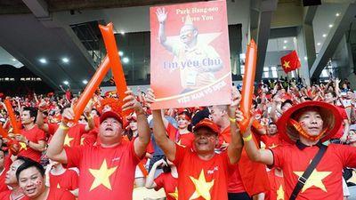 CĐV Việt Nam bay xuyên đêm đến sân Al Maktoum ủng hộ thầy trò Park Hang-seo