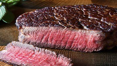 Vì sao thịt bò Kobe lại đắt đến vậy?