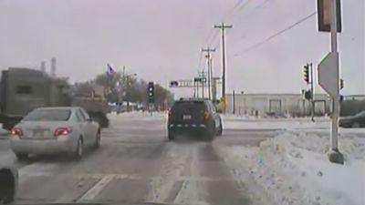 Contaner vượt đèn đỏ rồi đâm thẳng vào xe cảnh sát