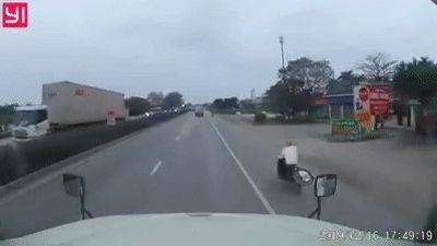 Tài xế xe máy lao vun vút khiến xe tải lật xuống đường vì né tránh