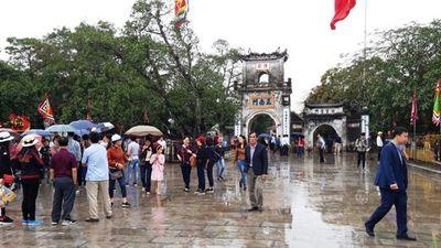 Biển người đội mưa dâng hương đền trước lễ khai ấn đền Trần
