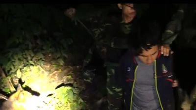 Video bủa vây trong rừng bắt đối tượng vận chuyển 3 tạ ma túy đá