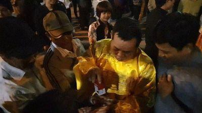 Đóng ấn giả vào tay du khách ở đền Trần trước giờ khai ấn