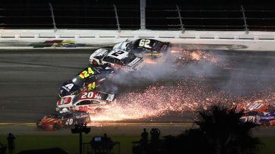 Hàng chục xe đua ngã tóe lửa liên hoàn