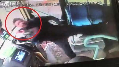 Clip: Quát tháo tài xế xe buýt, gã say bị hành khách song phi ngã dúi dụi