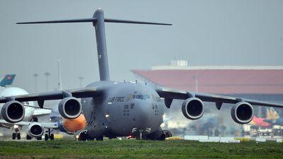 'Ngựa thồ' C-17 của Mỹ xếp hàng chờ cất cánh tại Nội Bài