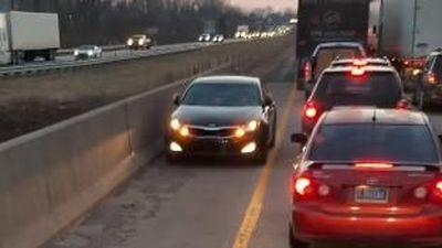 Bất chấp luật lệ, ôtô đi ngược chiều trên cao tốc vì tắc đường