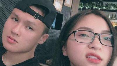 Bạn gái Quang Hải phản ứng ra sao khi bị chê hát dở, ăn mặc hở hang?