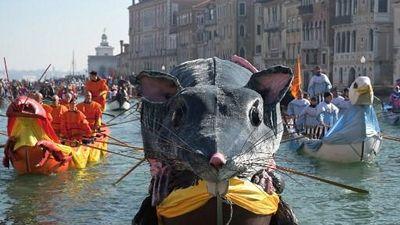 'Chuột khổng lồ' diễu hành trên nước trong lễ hội Carnival Venice