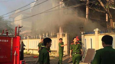 Cháy nhà kho ở trường học, hàng trăm học sinh sơ tán