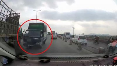 Xe tải ngông nghênh đi ngược chiều giữa 2 hàng xe trên cầu Thanh Trì