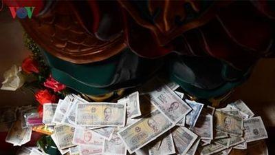 Nên bỏ thói quen đặt tiền lẻ khi đi chùa