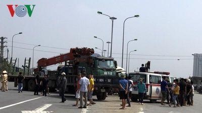 Hiện trường tai nạn trên Đại lộ Thăng Long khiến 2 người chết