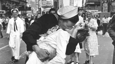 Nụ hôn kinh điển thời Thế chiến II bị chỉ trích là quấy rối tình dục