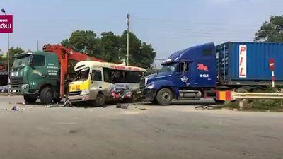 Clip: Hiện trường container, xe tải, xe khách đâm nhau liên hoàn trên đại lộ Thăng Long