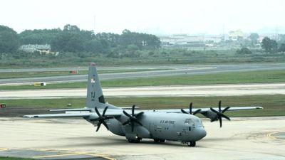 Sau 'ngựa thồ' C-17, đến lượt máy bay C-130 đáp xuống Nội Bài