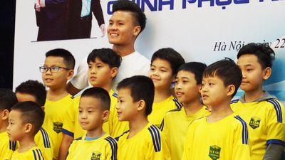 Quang Hải giao lưu với các cầu thủ nhí