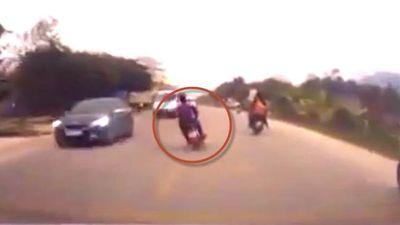 Clip tổ lái nguy kịch khi đánh võng, lấn làn và lao vào đầu ô tô ở Hòa Bình