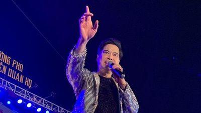 Danh ca Ngọc Sơn hát quan họ, tặng vàng cho khán giả khi đi lưu diễn