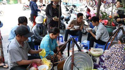 Giữa trưa, người Sài Gòn xì xụp bánh canh vỉa hè chỉ bán giờ 'thiêng'