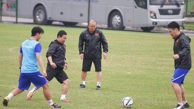 Clip trợ lý của HLV Park Hang Seo trổ tài sút bóng trúng xà ngang