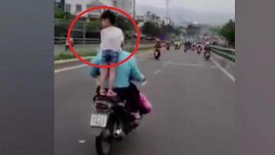 Clip: Con đầu trần đứng trên yên xe, bố vẫn liều mạng phóng vèo vèo