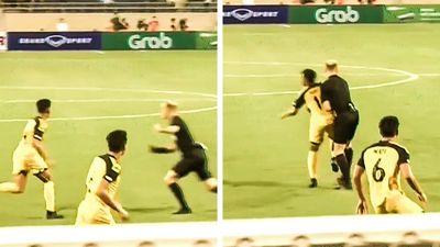 Tình huống lao vào nhau hài hước của trọng tài và cầu thủ U23 Brunei