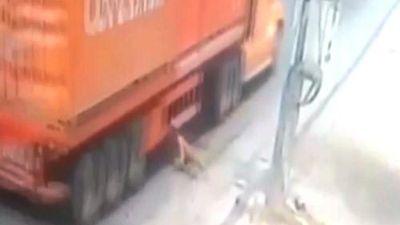 Khoảnh khắc người đàn ông lao vào container thoát chết kỳ lạ
