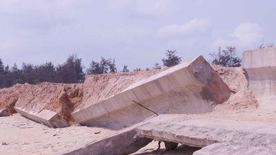 Kè biển 80 tỉ xây xong đã nát: Ai vừa xây kè vừa hút cát?