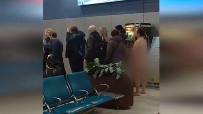 Hành khách khỏa thân xếp hàng chờ lên máy bay