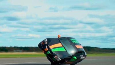 Kỷ lục lái xe hơi bằng 2 bánh nhanh nhất thế giới