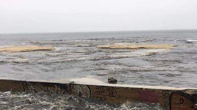 Kinh hãi nước thải đen ngòm, hôi thối chảy xuống biển Đà Nẵng