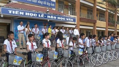 Trao 20 xe đạp cho học sinh nghèo ở Bình Chánh