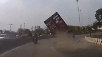 Container ôm cua nổ lốp suýt đè lên xe máy