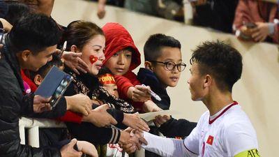 Quang Hải đến nắm tay mẹ sau khi thắng U23 Indonesia